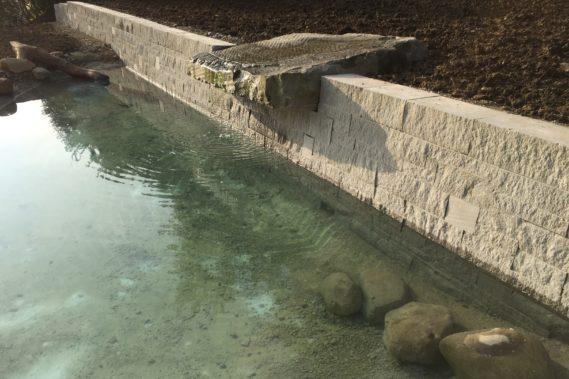 Teich mit Mauer